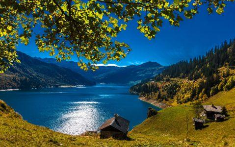 Lac de Roselend au début de l'automne