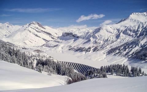 Vu depuis les Grands Plans, le lac et le barrage de Roselend en sommeil hivernal