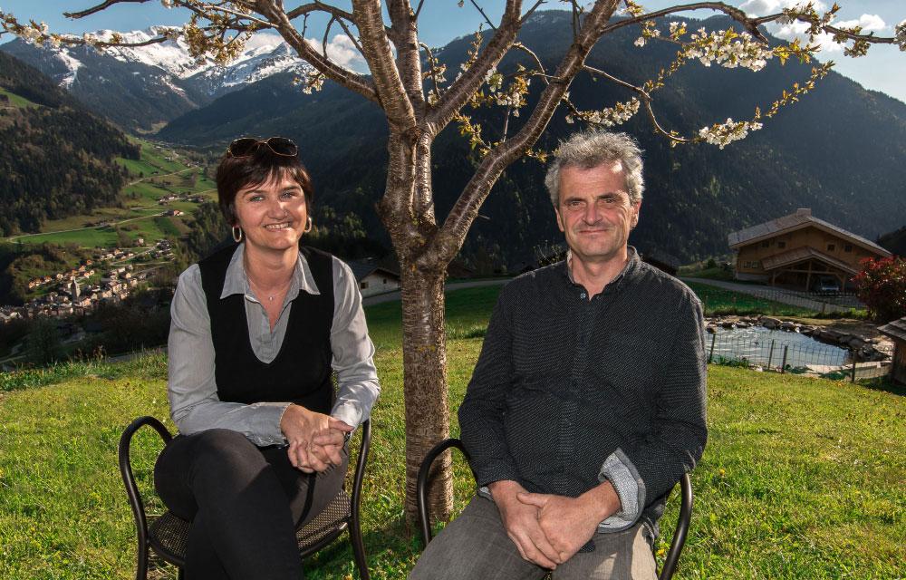 Chalet Frison en Beaufortain. Frédéric et Carole Frison devant le chalet Frison